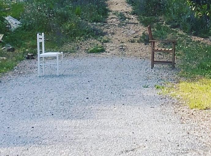 Dos sillas en el campo, porque sí