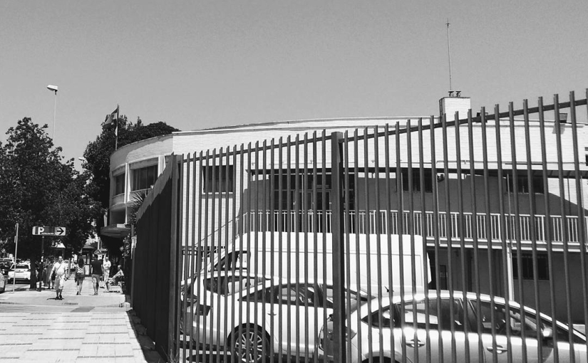 Ambulatorio con el mote 'Barbarela' por su semejanza arquitectónica con la histórica discoteca del mismo nombre de Torremolinos, nombrada así por el cómic y luego película fantástico-erótica 'Barbarella'. Nombre también de la estación de metro aledaña al ambulatorio.